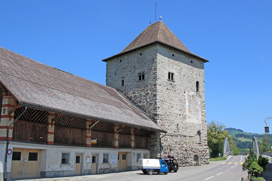 Die Drüradbrüedere beim Schloss von Grynau mit seinem imposanten Turm