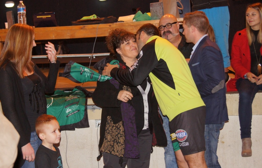 Corinne, du Bistro desTilleuls offre le maillot et reçoit la bise de l'entraîneur.