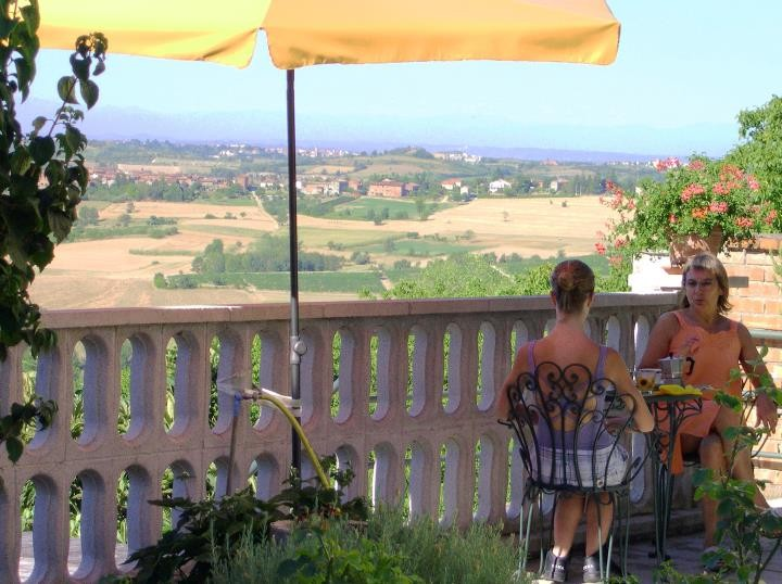 Terrazza per la colazione con vista sul Monferrato