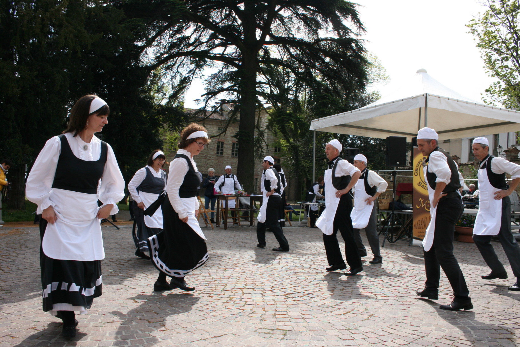 Danzatori in Piazza del Popolo durante Golosaria
