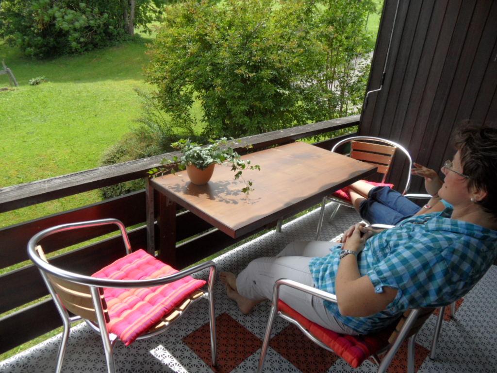 Balkon mit Tisch und 4 Stühlen
