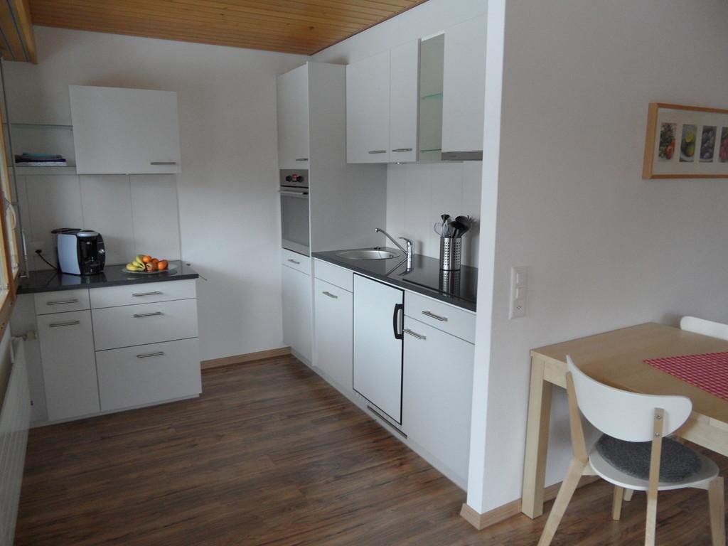 Küche mit Geschirrspühler, Backofen, Keramikkochfeld, Kaffeemaschine Tassimo