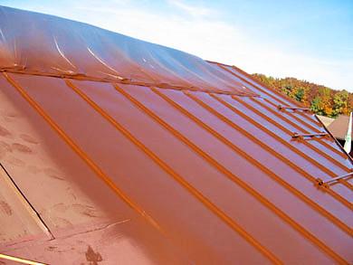 Mit Isonit Primer beschichtetes Metalldach
