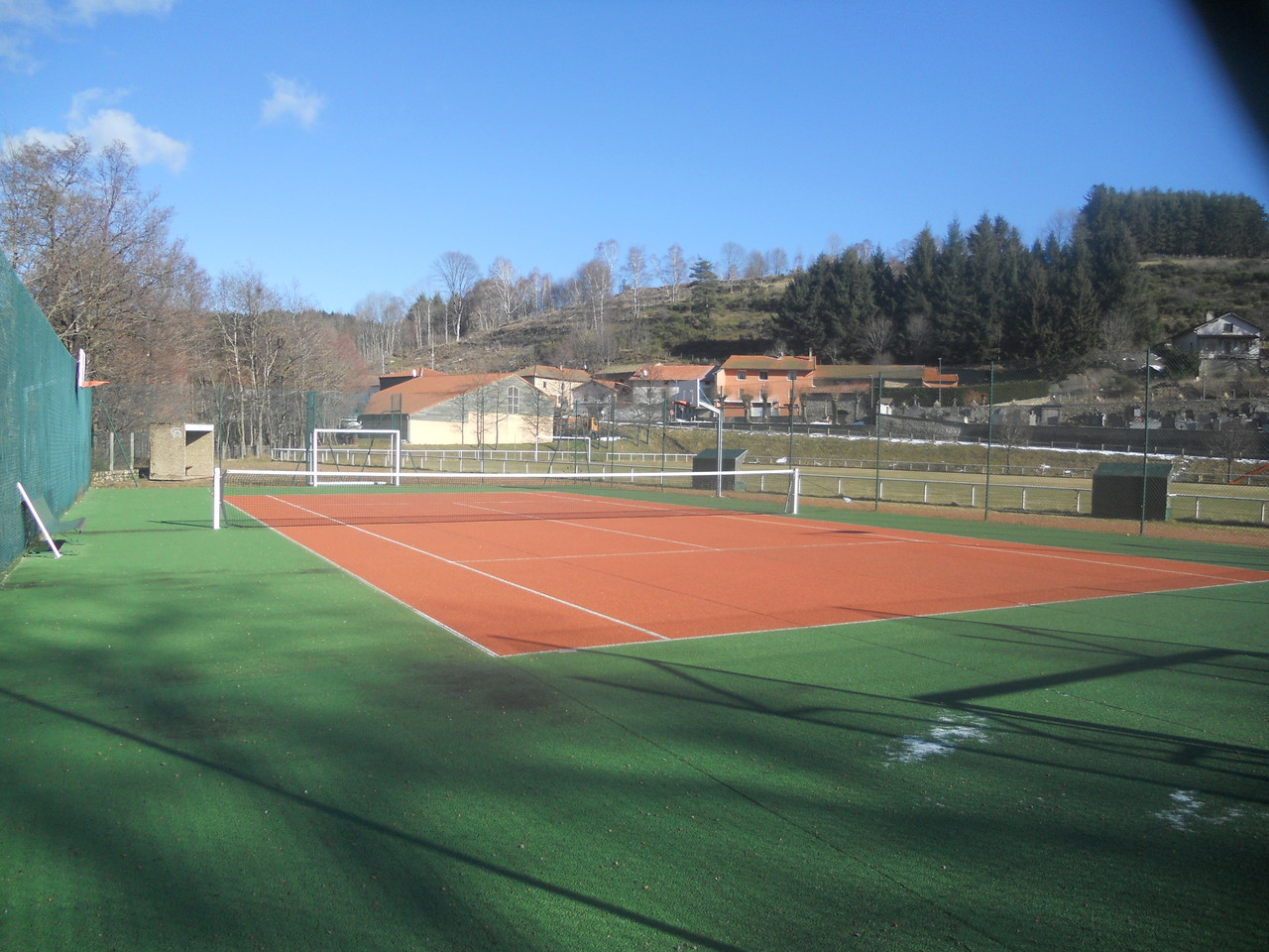 Terrain de tennis et basket