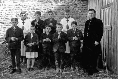 Le curé avec les enfants du catéchisme 1961