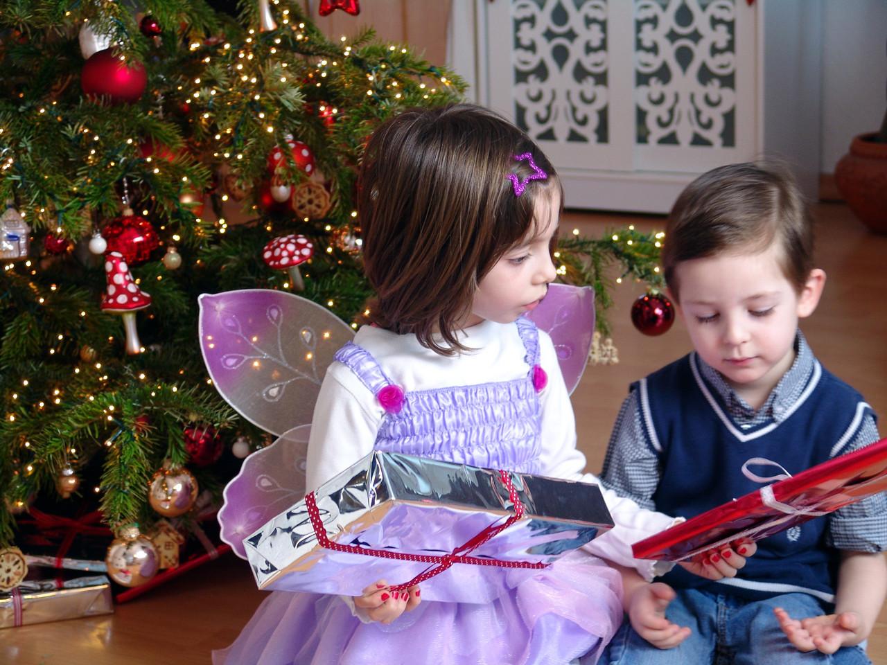 Kinder mit Geschenken unter dem Weihnachstbaum