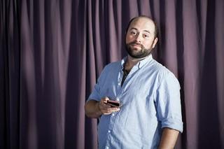 Patrick L. Schmitz hält ein Handy