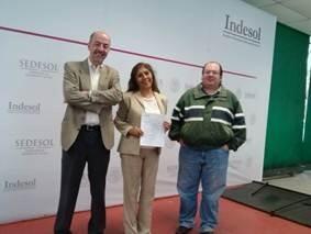 Recibiendo reconocimiento por ser Dictaminadora de Indesol en el 2014.