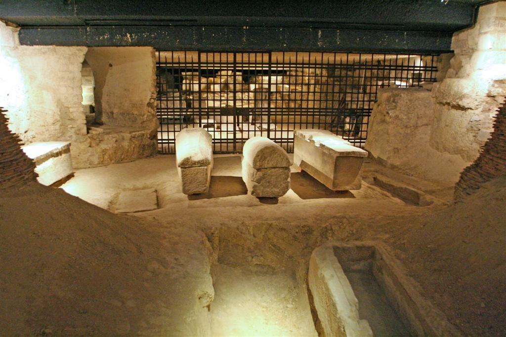 Crypte - L'ossuaire de rois (exhumés à la Révolution et rassemblés par Louis XVIII)