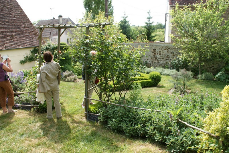 Jardin de la fable                         Le buis taillé à gauche  représente le Jardinier
