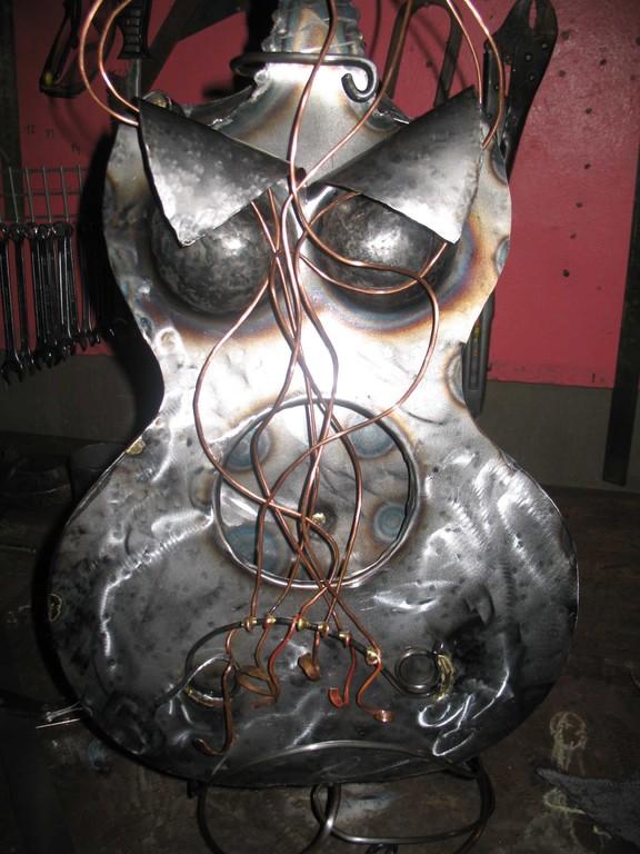 Femme guitar     tôle acier, fil cuivre    H  90x45x25 cm      2007