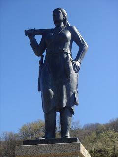 Estatua de la serrana de la Vera, obra del escultor Evaristo García.