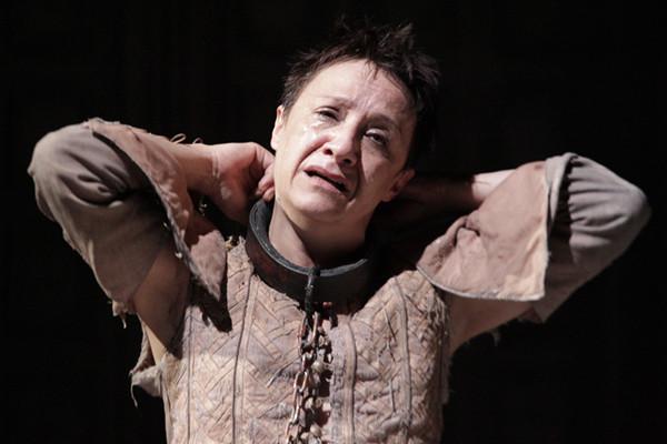 La actriz Blanca Portillo interpretando el papel de Segismundo en La vida es sueño, de Calderón de la Barca.