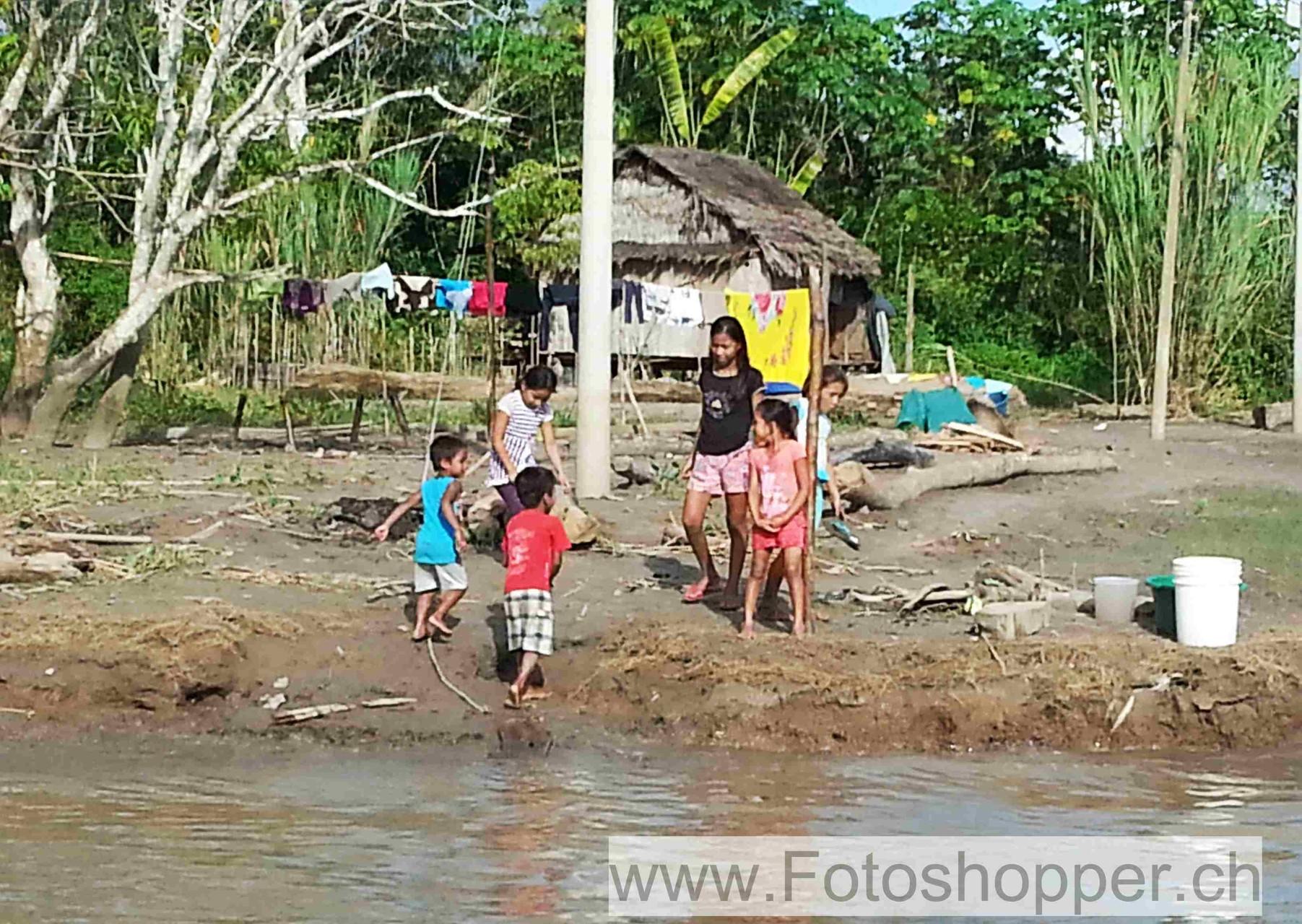 Spielen am Ufer