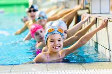 Kindergruppe lernt Schwimmen und alle Grundlagen sowie Basis des Schwimmens