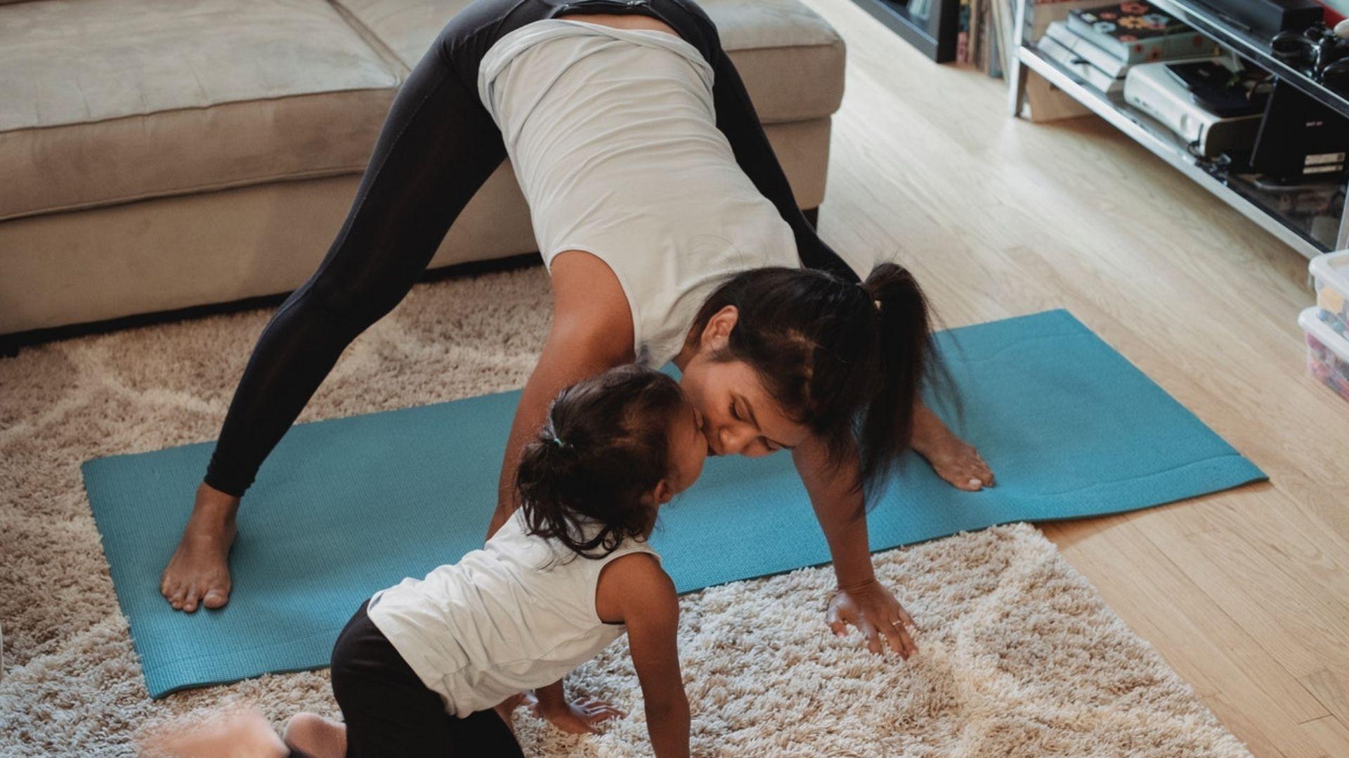 Yoga für Kinder zuhause: Die besten Bildkarten & Online-Videos