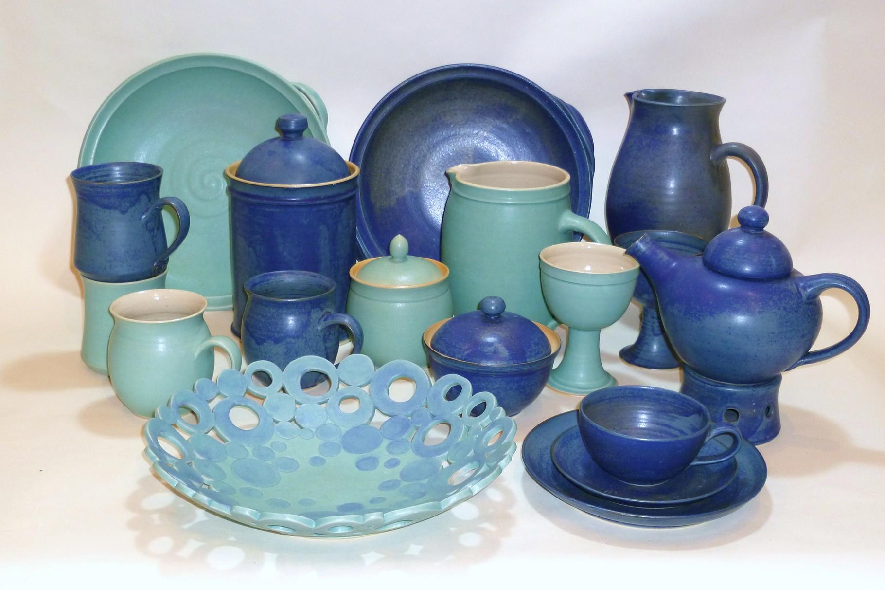 Blaues und grünes Geschirr