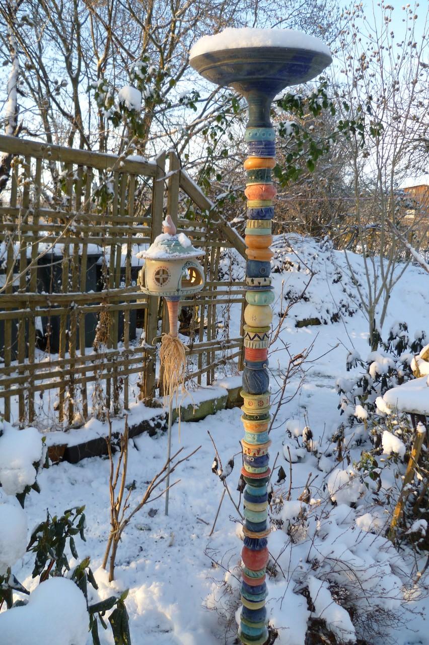 Vogelfutterhaus im Winter