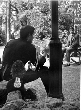 Roma, Novembre 1968 - Carabiniere in alta uniforme mentre legge un fumetto ai giardini pubblici
