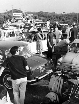 Ostia (Roma), Agosto 1965 -  Traffico sul litorale di ostia per esodo domenicale