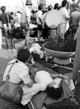 Roma, Giugno 1984 - Gente colpita da malore al funerale di Enrico Berlingue