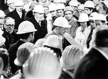 Roma, Dicembre 1972 - Papa Paolo VI con elmetto al traforo del Gran Sasso
