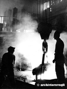Roma, Dicembre 1966 - Fonderia a San Lorenzo, operai senza protezioni