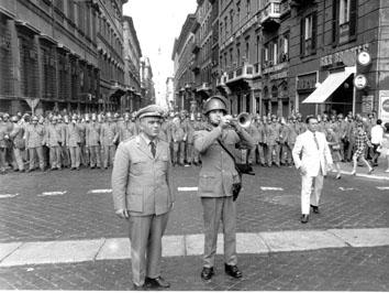 Roma, Ottobre 1969 - Poliziotto trombettiere suona la carica della celere