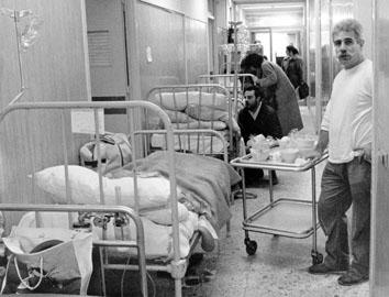 Roma, Marzo 1990 - Letti in corridoio all' ospedale Policlinico Umberto I