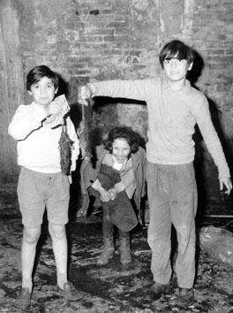 Napoli. Gennaio 1969 - Bambini giocano con ratti morti