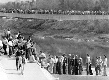 Firenze, Settembre 1975 - Festa dell'unità, corteo sull'Arno