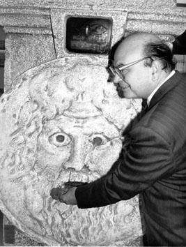 Roma, Ottobre 1989 - Bettino Craxi alla bocca della verità