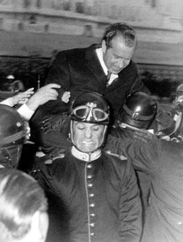 Roma, Settembre 1970 - Richard Nixon in braccio a corazzieri motociclisti