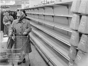 Roma, Novembre 1973 - Scaffali vuoti nei supermercati