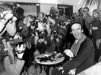 Roma, Agosto 1996 - Roberto Benigni tra i fotografi