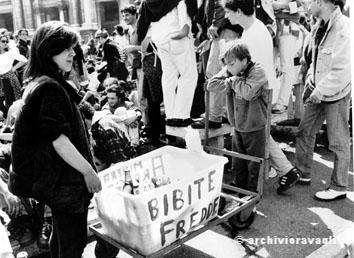 Roma, Maggio 1996 - Bambino vende bibite alla manifestazione del primo Maggio