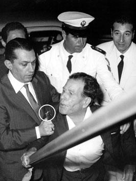 Roma, Agosto 1965 - Frank Coppola (mafioso) sputa contro i giornalisti