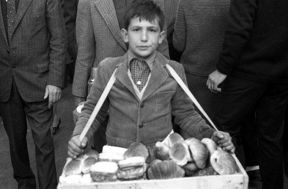 Roma, 1965 - Bambino che lavora vendendo cornetti