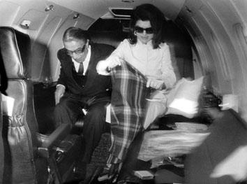 Roma, Febbraio 1971 - Onassis e Jacqueline Kennedy nel loro aereo privato