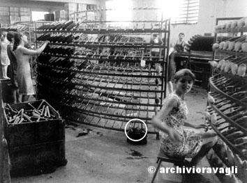 Prato, Luglio 1968 - Industria tessile, donne al telaio. Nella foto borsa con una bottiglia d'acqua