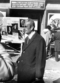 Roma, Gennaio 1974 - Aldo Moro alla fermata dell'autobus durante una manifestazione sul divorzio