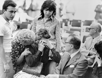 Roma, Maggio 1977 - Processo Borghese, signora Berti piange con signora Saccucci