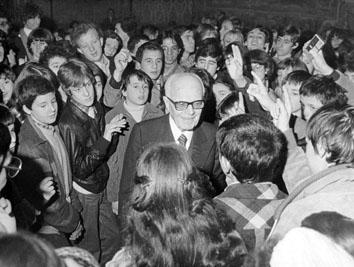 Roma, Febbraio 19798 - Sandro Pertini incontra al Quirinale i ragazzi di una scuola media