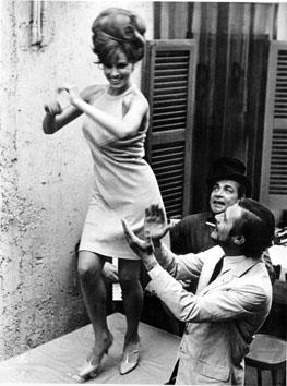 """Roma, Giugno 1965 - Raquel Welch  e Marcello Mastroianni nel film """" Decima vittima"""""""