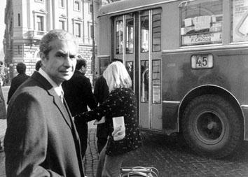 Roma, Gennaio 1974 - Aldo Moro alla fermata dell'autobus