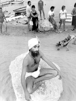 Roma, Agosto 1979 - Estate romana. Fachiro sulla Spiaggia