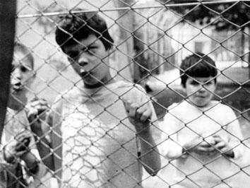 Roma, Luglio 1969 - Bambini dietro nel manicomio Santa Maria della Pietà