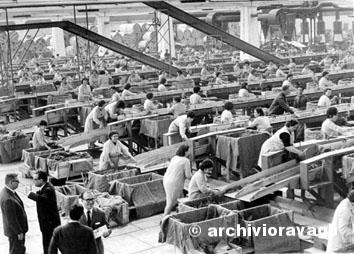 Cave de Tirreni (Salerno), Maggio 1966 - Moltitudini di donne in manifattura monopolio