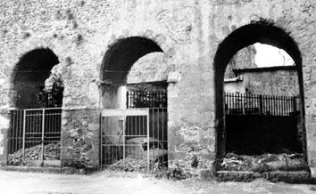 Roma, Gennaio 1990 - Automobile abbandonata in fornice di acquedotto romano