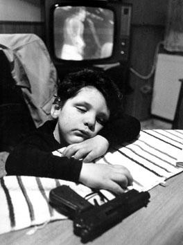 Roma, Maggio 1977 - Bambino dorme con arma giocattolo